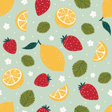 Φωτεινό άνευ ραφής σχέδιο φραουλών και λεμονιών στο πράσινο υπόβαθρο επίσης corel σύρετε το διάνυσμα απεικόνισης Στοκ Φωτογραφία