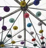 Φωτεινό άσπρο ανώτατο όριο με τη ζωηρόχρωμη άνω πλευρά - κάτω από τις διακοσμήσεις ομπρελών Στοκ Φωτογραφία