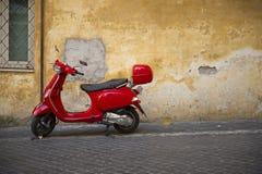 Φωτεινό λαμπρό κόκκινο μηχανικό δίκυκλο Vespa Στοκ εικόνες με δικαίωμα ελεύθερης χρήσης