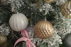 Φωτεινό λαμπρό χρυσό παιχνίδι στο πράσινο δέντρο Στοκ Εικόνες