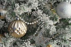Φωτεινό λαμπρό χρυσό παιχνίδι στο πράσινο δέντρο Στοκ φωτογραφίες με δικαίωμα ελεύθερης χρήσης