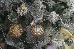 Φωτεινό λαμπρό χρυσό παιχνίδι στο πράσινο δέντρο Στοκ φωτογραφία με δικαίωμα ελεύθερης χρήσης