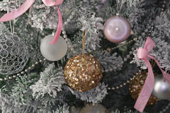 Φωτεινό λαμπρό χρυσό παιχνίδι στο πράσινο δέντρο Στοκ Φωτογραφίες