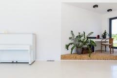 Φωτεινό δωμάτιο με το πιάνο στοκ εικόνες με δικαίωμα ελεύθερης χρήσης