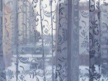 Φωτεινό εσωτερικό δωματίων, κουρτίνες, άσπρη στρωματοειδής φλέβα παραθύρων, μαξιλάρια, ασβεστοκονίαμα Στοκ Φωτογραφίες