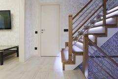Φωτεινό εσωτερικό με τη δρύινη σκάλα με των οδηγήσεων στοκ εικόνα