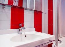 Φωτεινό εσωτερικό λουτρών στα κόκκινα και άσπρα χρώματα Στοκ φωτογραφία με δικαίωμα ελεύθερης χρήσης
