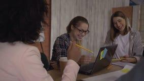 Φωτεινό εύθυμο εύθυμο γέλιο γυναικών στη συνεδρίαση 4K απόθεμα βίντεο