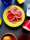 Φωτεινό ζωηρόχρωμο πιάτων κόκκινο φλυτζανιών μπλε κίτρινο φλυτζάνι πιάτων βάζων κίτρινο στο ρόδινο illu υποβάθρου ζωής υποβάθρου  στοκ εικόνες με δικαίωμα ελεύθερης χρήσης