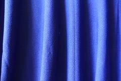 Φωτεινό ηλεκτρικό μπλε ύφασμα με τις κάθετες πτυχές Στοκ Φωτογραφίες