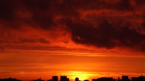 Φωτεινό ηλιοβασίλεμα με την κίνηση των σύννεφων πέρα από τον ορίζοντα φιλμ μικρού μήκους