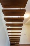 Φωτεινό διάστημα - ξύλινα σκαλοπάτια Στοκ φωτογραφία με δικαίωμα ελεύθερης χρήσης