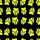 Φωτεινό κίτρινο άνευ ραφής σχέδιο σφραγίδων σκυλιών τυπωμένων υλών ποδιών χρώματος, blac Στοκ εικόνες με δικαίωμα ελεύθερης χρήσης