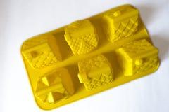 Φωτεινό κίτρινο σπίτι περίπτωσης ψησίματος σιλικόνης που διαμορφώνεται στοκ φωτογραφία με δικαίωμα ελεύθερης χρήσης