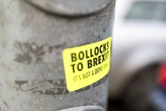 Φωτεινό κίτρινο Bollocks στην αυτοκόλλητη ετικέττα Brexit που κολλιέται σε μια θέση λαμπτήρων στοκ φωτογραφία
