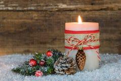 Φωτεινό καίγοντας κερί και φυσική διακόσμηση Χριστουγέννων στο χιόνι Στοκ εικόνες με δικαίωμα ελεύθερης χρήσης
