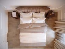 Φωτεινό και άνετο σύγχρονο εσωτερικό σχέδιο κρεβατοκάμαρων με τους άσπρους τοίχους, στοκ φωτογραφία
