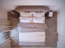 Φωτεινό και άνετο σύγχρονο εσωτερικό σχέδιο κρεβατοκάμαρων με τους άσπρους τοίχους, στοκ φωτογραφίες