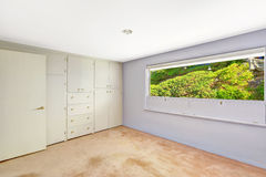 Φωτεινό κενό δωμάτιο με την όμορφη άποψη παραθύρων στοκ φωτογραφία με δικαίωμα ελεύθερης χρήσης