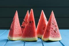 Φωτεινό κόκκινο juicy καρπούζι που κόβεται στα υψηλά τρίγωνα που στέκονται επάνω Στοκ φωτογραφία με δικαίωμα ελεύθερης χρήσης