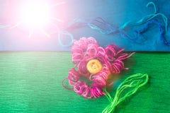 Φωτεινό λουλούδι φιαγμένο από νήματα στο πράσινο υπόβαθρο Στοκ φωτογραφία με δικαίωμα ελεύθερης χρήσης