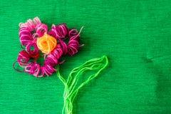 Φωτεινό λουλούδι φιαγμένο από νήματα στο πράσινο υπόβαθρο Στοκ φωτογραφίες με δικαίωμα ελεύθερης χρήσης