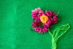 Φωτεινό λουλούδι φιαγμένο από νήματα στο πράσινο υπόβαθρο Στοκ Εικόνα