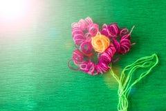 Φωτεινό λουλούδι φιαγμένο από νήματα στο πράσινο υπόβαθρο Στοκ εικόνες με δικαίωμα ελεύθερης χρήσης