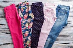 Φωτεινό παντελόνι με το τζιν παντελόνι Στοκ φωτογραφία με δικαίωμα ελεύθερης χρήσης