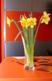 φωτεινό πλήρες vase daffodils στοκ φωτογραφίες