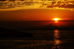 Φωτεινό πορτοκαλί ηλιοβασίλεμα εν πλω στοκ εικόνες με δικαίωμα ελεύθερης χρήσης