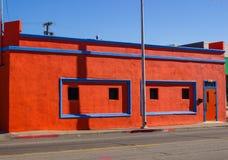 Φωτεινό πορτοκαλί κτήριο με την μπλε περιποίηση στοκ εικόνες με δικαίωμα ελεύθερης χρήσης