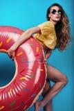 Φωτεινό πορτρέτο θερινής μόδας στούντιο της μοντέρνης όμορφης γυναίκας στοκ φωτογραφία