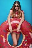 Φωτεινό πορτρέτο θερινής μόδας στούντιο της μοντέρνης όμορφης γυναίκας στοκ εικόνες με δικαίωμα ελεύθερης χρήσης