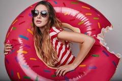 Φωτεινό πορτρέτο θερινής μόδας στούντιο της μοντέρνης όμορφης γυναίκας στοκ εικόνες