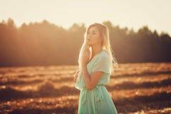 Φωτεινό πορτρέτο της ευτυχούς γυναίκας Στοκ εικόνα με δικαίωμα ελεύθερης χρήσης