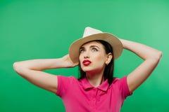 Φωτεινό πορτρέτο Brunette που φορά το καπέλο κάουμποϋ στο πράσινο υπόβαθρο Στοκ Εικόνα