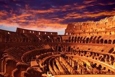 Φωτεινό πορφυρό ηλιοβασίλεμα πέρα από το αρχαίο Colosseum κατά τη διάρκεια ενός ηλιοβασιλέματος. Ρώμη. Ιταλία Στοκ εικόνες με δικαίωμα ελεύθερης χρήσης