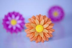 Φωτεινό πλαστικό λουλουδιών Στοκ φωτογραφία με δικαίωμα ελεύθερης χρήσης