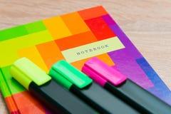 Φωτεινό σημειωματάριο με τους δείκτες Στοκ φωτογραφία με δικαίωμα ελεύθερης χρήσης