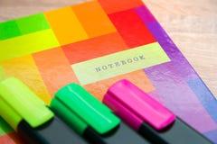Φωτεινό σημειωματάριο με τους δείκτες Στοκ εικόνα με δικαίωμα ελεύθερης χρήσης