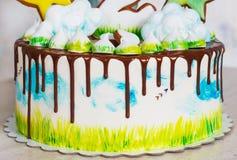 Φωτεινό σύγχρονο κέικ παιδιών ` s με τη μαρέγκα και το μελόψωμο, με μια άποψη της φύσης σε ένα ελαφρύ υπόβαθρο Στοκ εικόνα με δικαίωμα ελεύθερης χρήσης