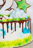 Φωτεινό σύγχρονο κέικ παιδιών ` s με τη μαρέγκα και το μελόψωμο, με μια άποψη της φύσης σε ένα ελαφρύ υπόβαθρο Στοκ Φωτογραφίες