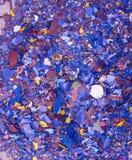 Φωτεινό υπόβαθρο από το σωρό του πεσμένου ασβεστοκονιάματος με τα υπολείμματα του πολύχρωμου χρώματος Απορρίματα κατασκευής Φωτει στοκ εικόνες