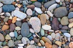 Φωτεινό υπόβαθρο των πολύχρωμων στρογγυλών πετρών, χαλίκια θάλασσας Στοκ φωτογραφία με δικαίωμα ελεύθερης χρήσης