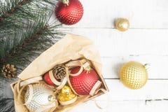 Φωτεινό υπόβαθρο Χριστουγέννων με τα κόκκινα και χρυσά παιχνίδια Χριστουγέννων στο κιβώτιο Στοκ φωτογραφίες με δικαίωμα ελεύθερης χρήσης