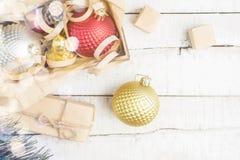 Φωτεινό υπόβαθρο Χριστουγέννων με τα παιχνίδια Χριστουγέννων και τα κιβώτια δώρων στον ξύλινο πίνακα Στοκ φωτογραφίες με δικαίωμα ελεύθερης χρήσης