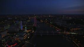 Φωτεινό φως νύχτας της στο κέντρο της πόλης αρχιτεκτονικής του Λονδίνου στην εναέρια εικονική παράσταση πόλης πανοράματος του Τάμ φιλμ μικρού μήκους