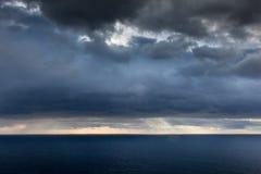 Φωτεινό φως του ήλιου πέρα από τον ωκεανό Στοκ Φωτογραφία
