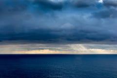 Φωτεινό φως του ήλιου πέρα από τον ωκεανό Στοκ Εικόνα